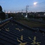 美しい月の晩、屋根に登り星空を描きました。